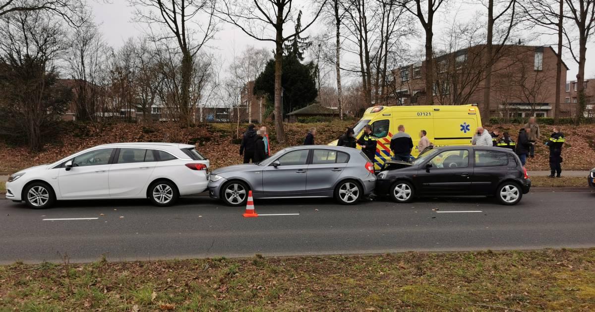 Drie auto's met elkaar in botsing in Ede, een bestuurder naar ziekenhuis.
