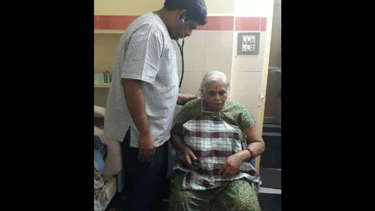 Een arts bij de zwangere bejaarde vrouw.