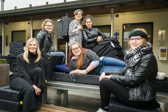 De studenten modetechnologie met hun Seatbags.