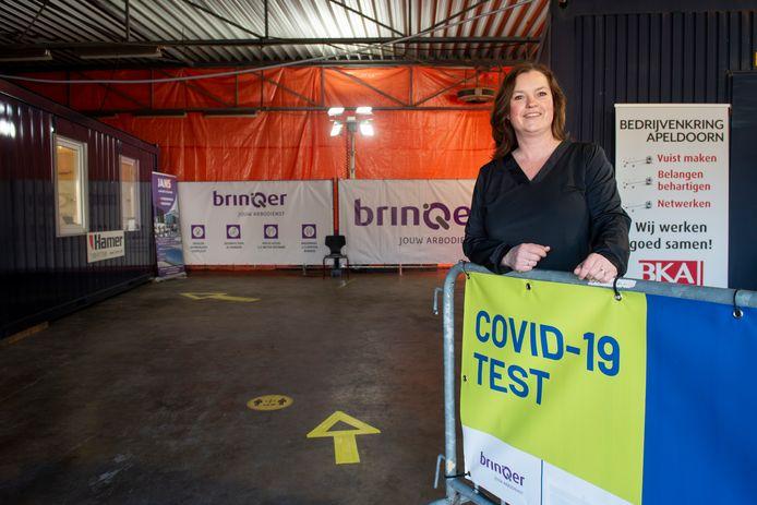 BrinQer-woordvoerder Miranda ter Huurne in de hernieuwde snelteststraat aan de Prinsenweide in Apeldoorn.