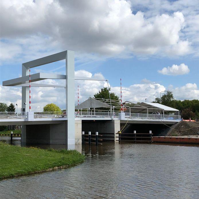 Dit voorjaar is de Marknesserbrug vervangen. Nu wordt de onderkant ook verfraaid.