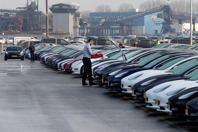 Vorige maand werd de Tesla 3 met honderden tegelijk afgeleverd. Nu is de verkoop geheel ingestort.