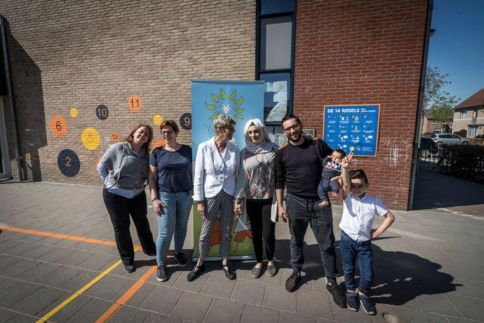 Carla Kruit en Rita Willems met een groep cursisten.