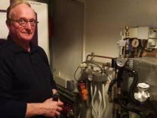 Henk Verhagen toont zijn elektrische CV-ketel aan het publiek