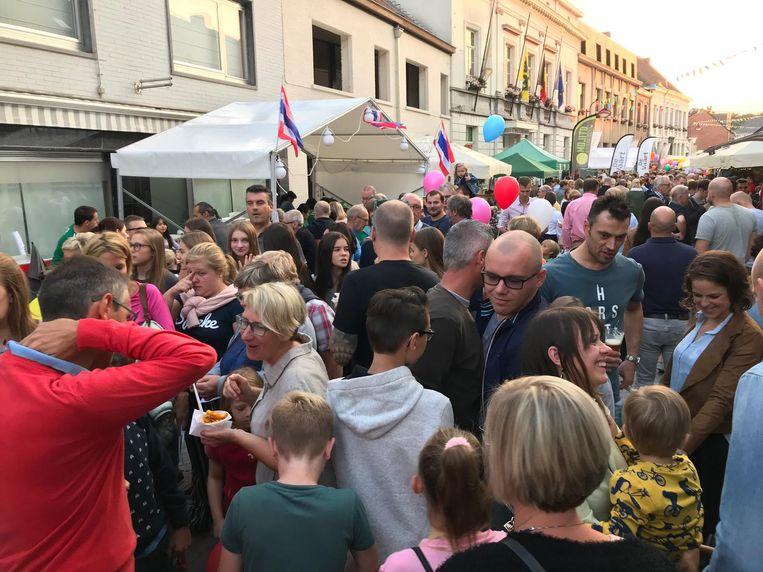 Veel volk in de straten van Nevele.