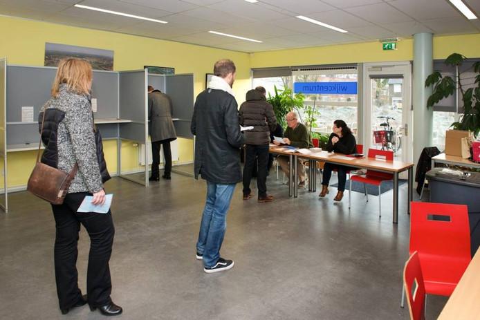 Een rij in het stemlokaal in Malburgen-West, grenzend aan Meinerswijk.
