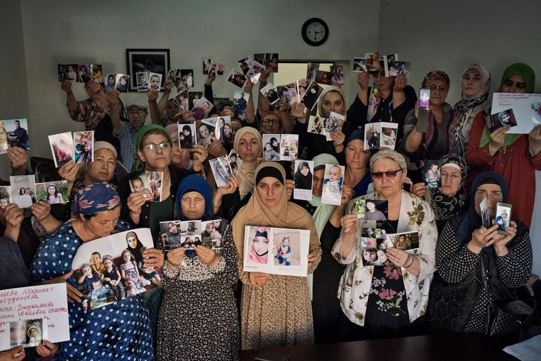 Tsjetsjeense moeders laten foto's zien van dochters en kleinkinderen die zoek zijn in het kalifaat van Islamitische Staat. Beeld Yuri Kozyrev / NOOR