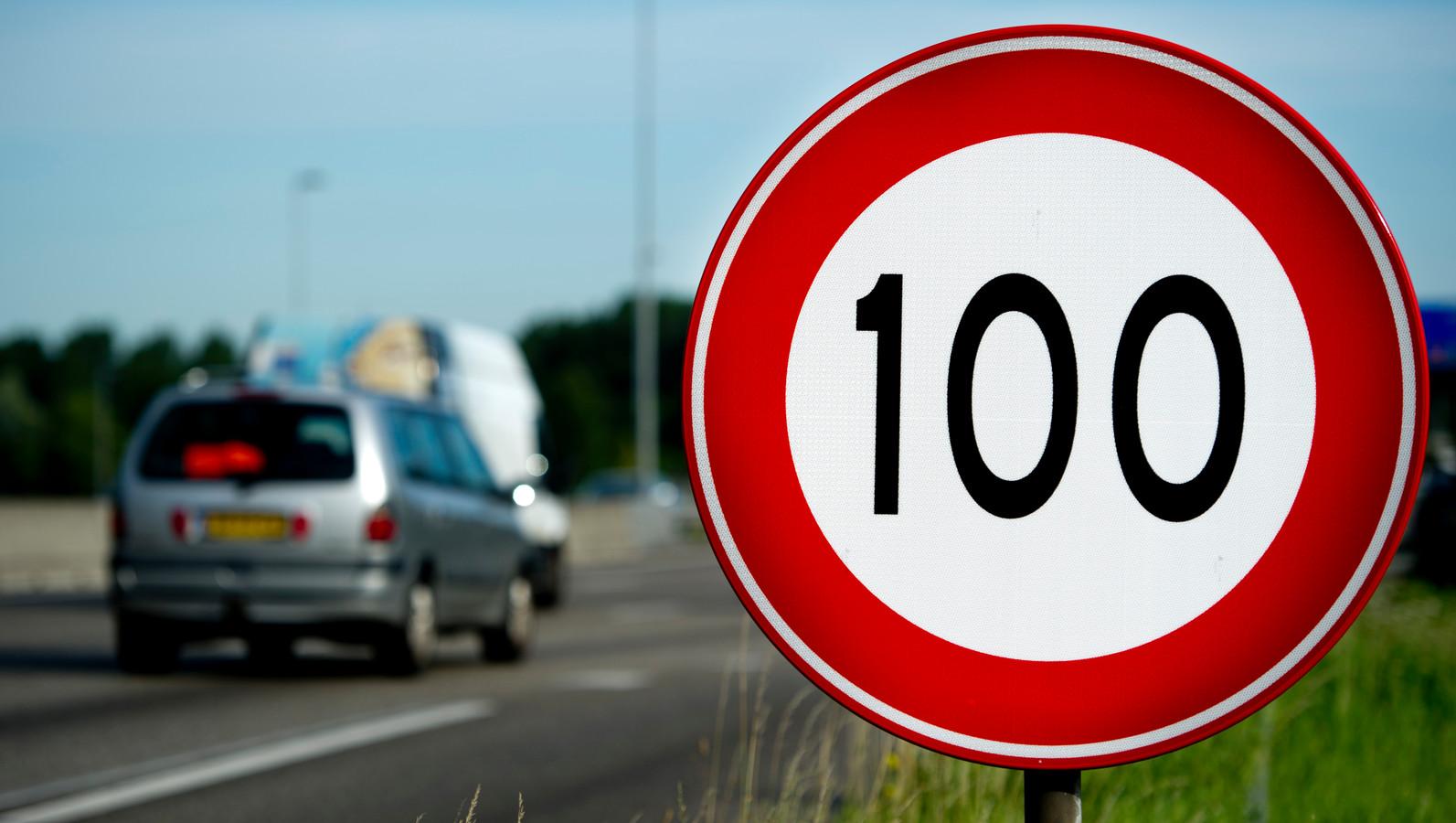 Een bord voor 100 kilometer per uur.