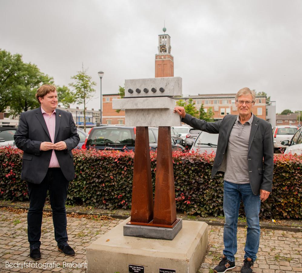 Wethouder David Vermorken (l.) en kunstenaar Peter Koks onthullen in juli 2020 Ode aan Bauhaus op het Raadhuisplein in Rijen.