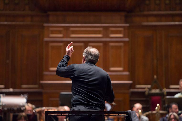 Daniele Gatti (53) repeteert de Zesde Symphonie van Gustav Mahler. Beeld Werry Crone