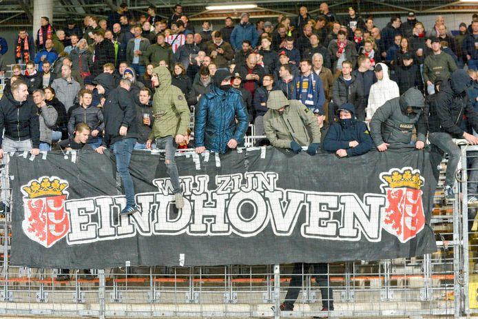 PSV-supporters moedigen hun club aan.