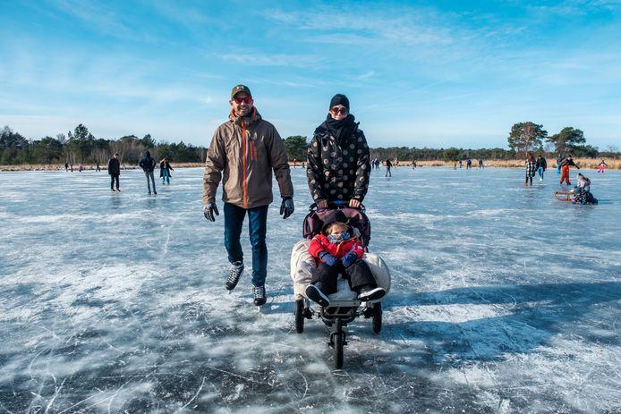 Philippe (37), Wineke (35) en hun zoontje Olivier (3) wagen zich op het ijs.