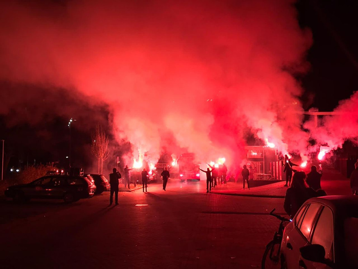 Trotse supporters onthalen FC Twente op het trainingscomplex in Hengelo.