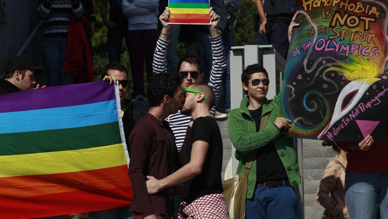 Protest in Athene tegen de antihomowetten in Rusland.
