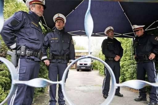 De Oostenrijkse politie bewaakt de ingang van het horrorhuis in Amstetten.