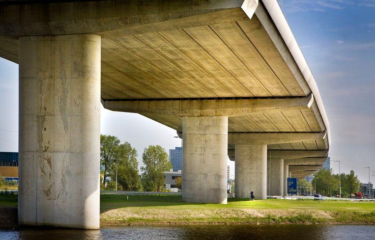 Bij de A5 in Amsterdam wordt nog onderzoek gedaan naar mogelijk verontreinigde hergebruikte grond. Beeld Floris Lok
