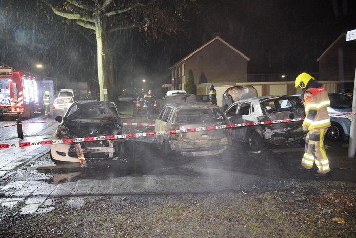 De verwoeste auto's na de brand in Wijchen