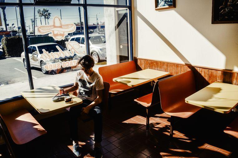 Skateboarder Axel Cruysberghs wacht op zijn lunch in Ocean's Tide, Californië, 2012. Uit het skateboek 'Hallertau' van Thomas Sweertvaegher.  Beeld Thomas Sweertvaegher