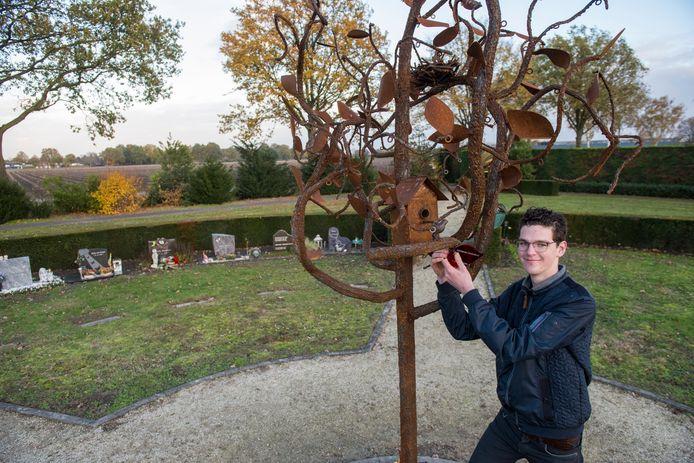 Jori Horst bij het kunstwerk dat hij maakte en nu bij de kindergraven op de algemene begraafplaats in Budel staat.