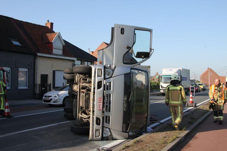 De vrachtwagen ligt op zijn zijkant in de Roeselarestraat.