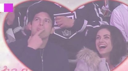 Ashton Kutcher en Mila Kunis delen een passionele kus op de 'kiss-cam'