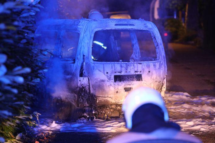 Auto in vlammen op aan het Hopveld in Heeswijk-Dinter.