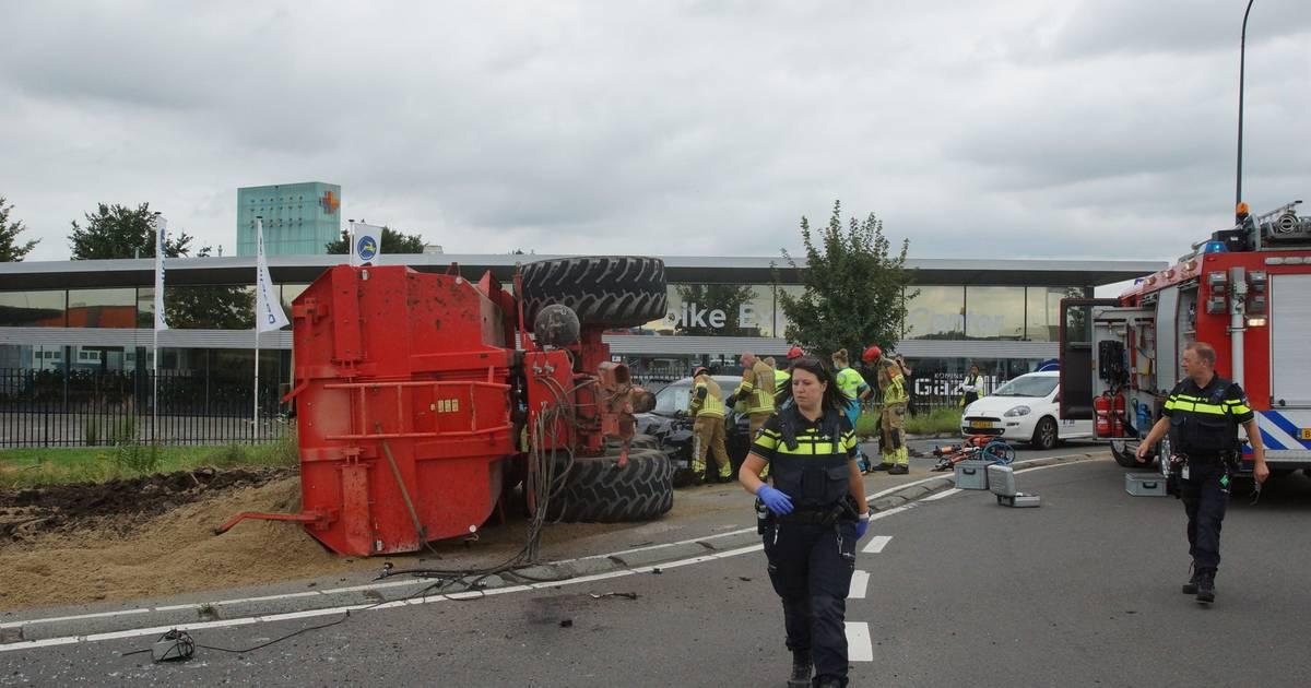 Trekker kantelt na botsing met auto in Waalwijk: automobilist raakt bekneld.