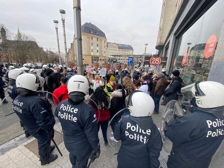 De politie probeert de manifestanten te isoleren. Beeld Nijs