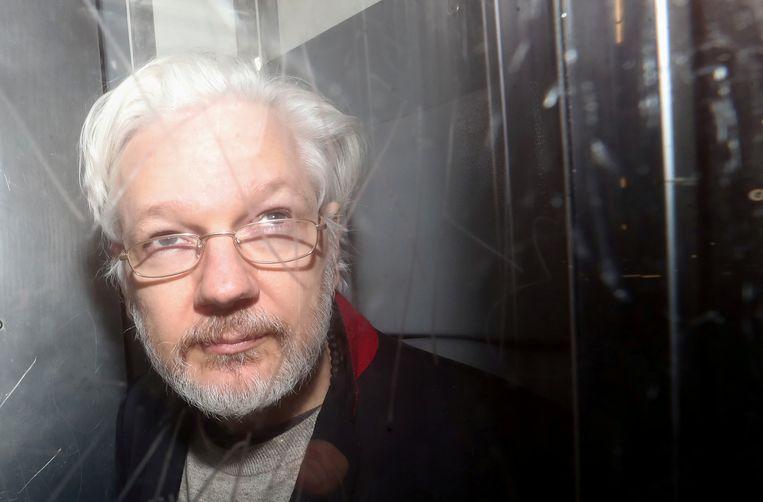 Julian Assange verlaat de rechtbank in Londen, vorige week. Beeld REUTERS
