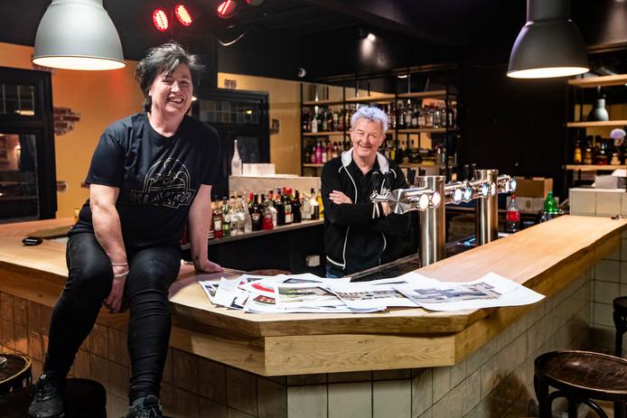 Horecaondernemer Jos Kamphuis en barmedewerker Erica Meijerman tappen bier in de kelder.