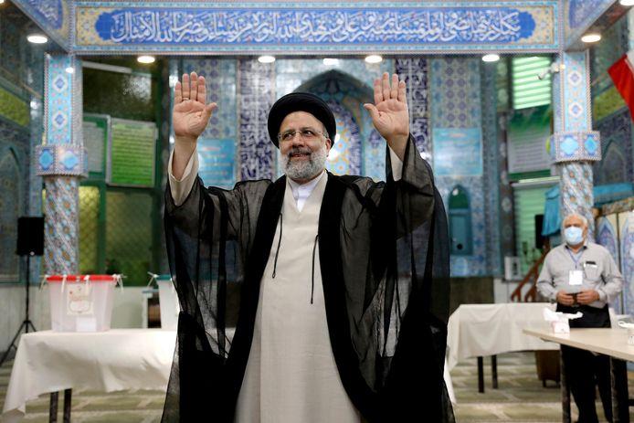 Ebrahim Raisi, un candidat aux élections présidentielles iraniennes, salue les médias après avoir voté dans un bureau de vote à Téhéran, en Iran, le vendredi 18 juin 2021. L'Iran a commencé à voter vendredi dans une élection présidentielle qui penche en faveur d'un protégé de la ligne dure du guide suprême, l'ayatollah Ali Khamenei, alimentant l'apathie du public et suscitant des appels au boycott dans la République islamique.