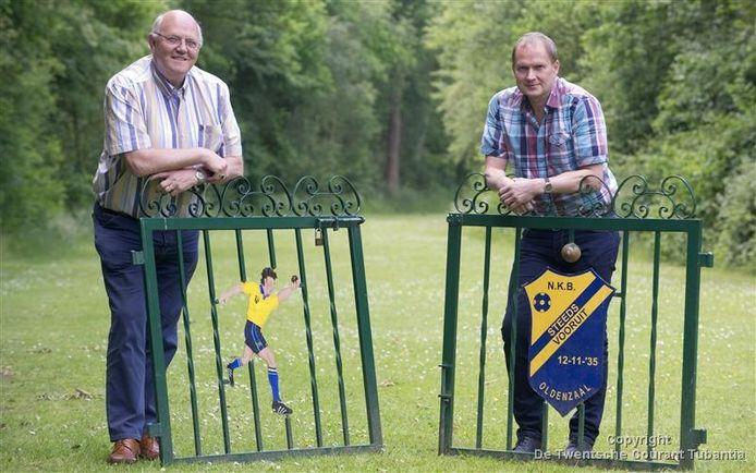 Oud-voorzitter Theo Wigger (links) en Hans Breuker, de huidige voorzitter van Steeds Vooruit, zijn zeer content met het feit dat hun club nu ook eigenaar is van de Elsmorsbaan.