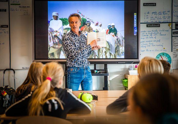 Kinderboekenschrijver Hans Hagen vertelde heel bevlogen aan de leerlingen van groep 7 van basisschool De Klinker