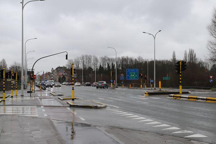 Ninoofsesteenweg N8 in Dilbeek. Op- en afrittencomplex Ring rond Brussel.