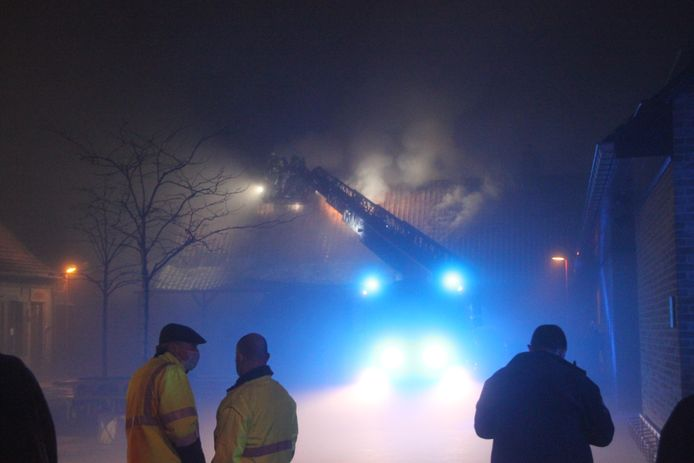 De brand ging in de mist met een grote rookontwikkeling gepaard.