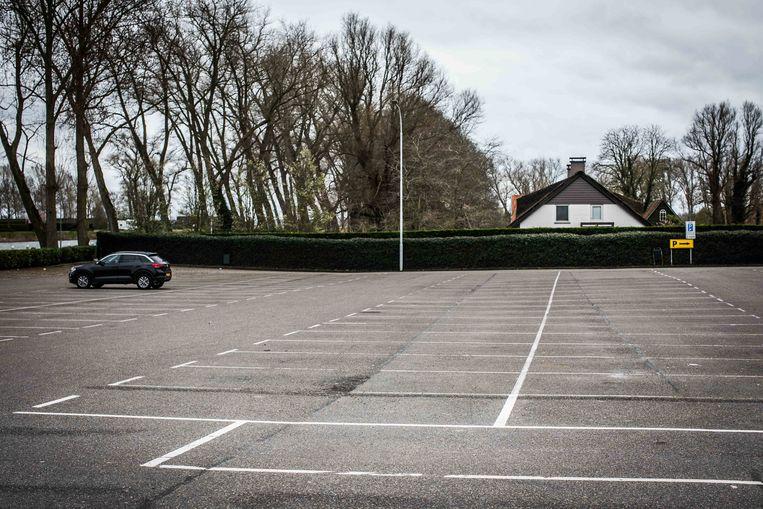 Een leeg parkeerterrein in Sluis, net over de grens. Beeld Bas Bogaerts