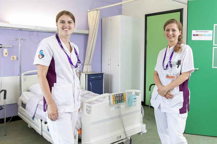 Demy (links) hoort bij de eerste lichting gediplomeerden zonder ziekenhuiservaring.