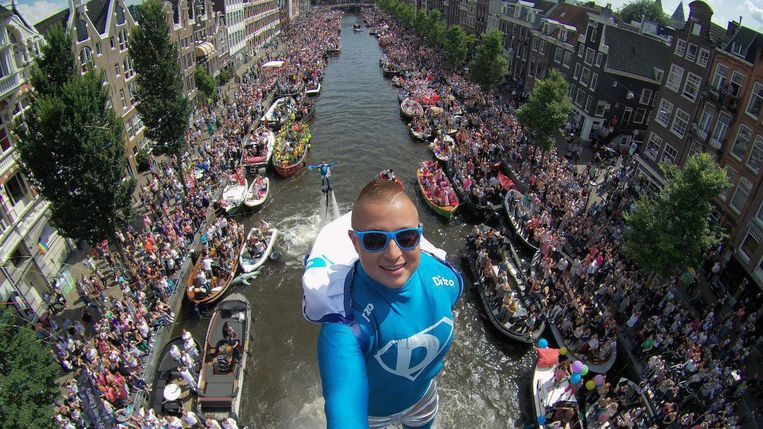 Flyboarder Bo Krook tijdens een eerdere Canal Pride. Beeld  Bo Krook
