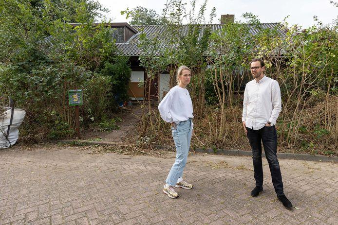 """Hans en Mirjam wonen naast huis dat gekraakt is. Ze ervaren net als veel buren veel overlast van de nieuwe bewoners. ,,We voelen ons niet meer veilig."""""""