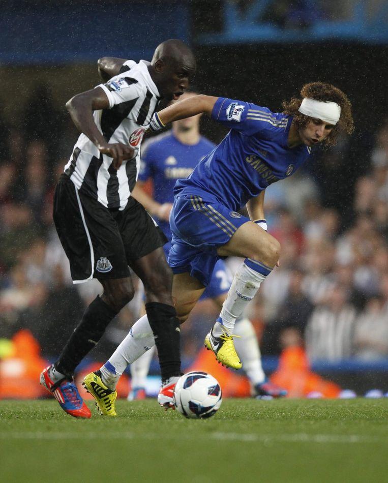 Demba Ba in duel met David Luiz van Chelsea. Beeld EPA