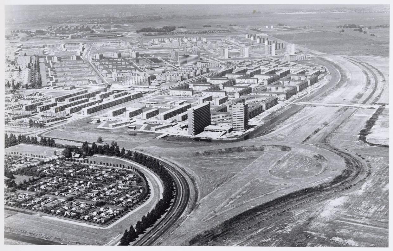 Luchtfoto naar het westen van Nieuwendam, met links volkstuincomplex Wijkergouw. Op de achtergrond omgeving IJdoornlaan, Hilversumstraat en Markengouw. Rechts de Ringweg-Noord in aanleg. Beeld Stadsarchief Amsterdam