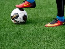 Na een half uur stapt aanvoerder van het veld in derby: 'Hij laat ons in de steek'