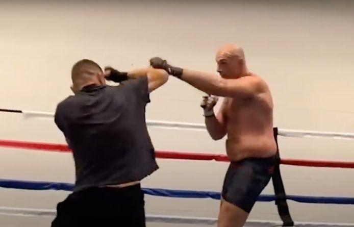 Nick Diaz (links) pareert een aanval van Tyson Fury