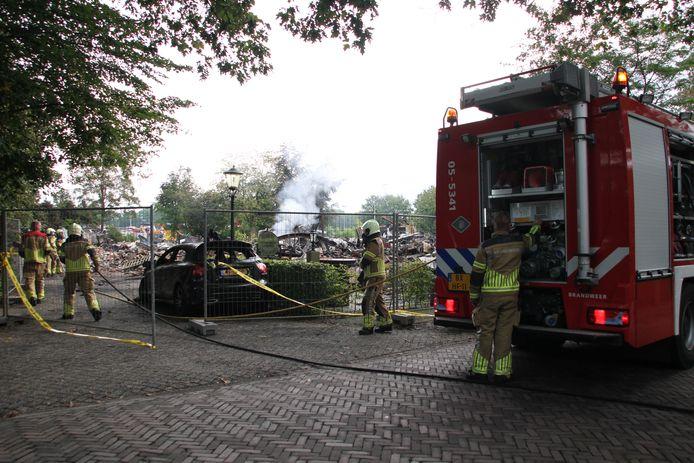 Brandweer aan de Koersendijk in Nijverdal, nadat de brand weer oplaaide.