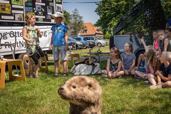 Een opgezette otter houdt tijdens de les van Auke en Ingrid de omgeving in de gaten. De klas op de foto is niet de klas van meester Maurice.