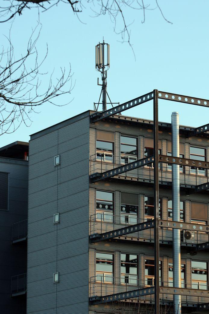 Een GSM-mast op een flatgebouw.