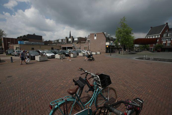 Aan de overkant van het Dorpsplein - op wat nu nog een parkeerterrein is - denkt het college van b en w een complex van vier bouwlagen neer te kunnen zetten.