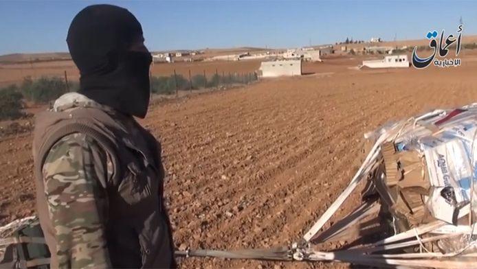 Une vidéo disponible sur internet depuis mardi montre que des caisses d'armes et de munitions largués par les États-Unis ont atterri dans les mains des jihadistes de l'EI.