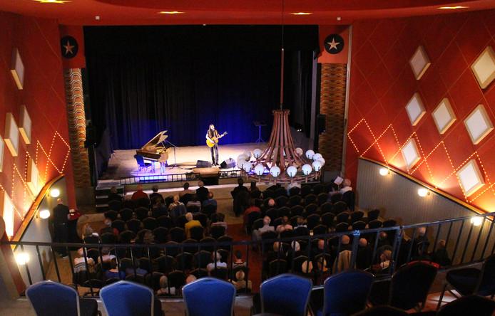 Nico Pauwels op het podium van het Cantine Theater.