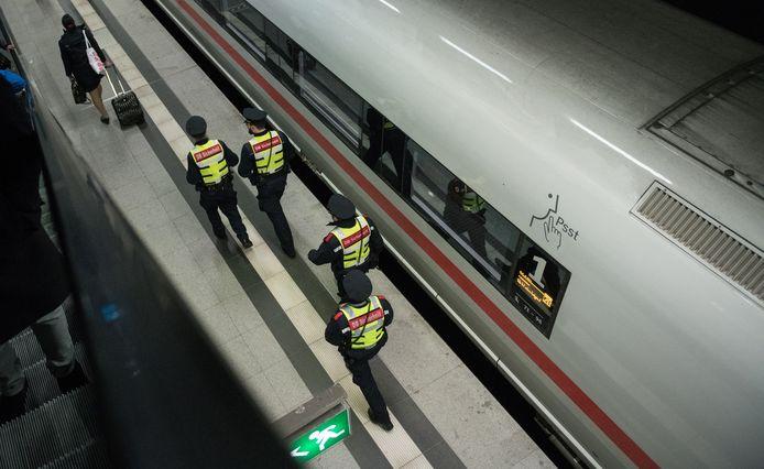 Agenten bij een ICE-hogesnelheidstrein in een station in Berlijn. (archieffoto)